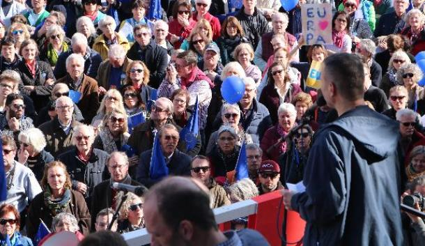 写真・図版 : ベルリン中心部の広場で開かれた「親欧州」を掲げる集会の様子=3月