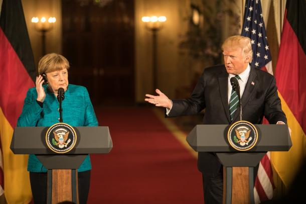 写真・図版 : ホワイトハウスで共同会見をするトランプ米大統領(右)とドイツのメルケル首相=3月、ワシントン、ランハム裕子撮影