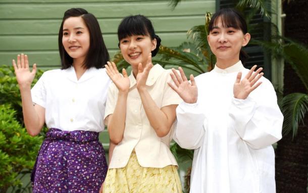写真・図版 : 「べっぴんさん」の撮影で。左から蓮佛美沙子さん、芳根京子さん、谷村美月さん=神戸市