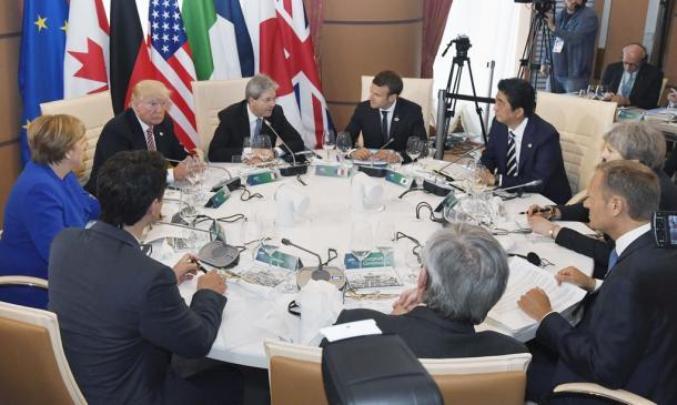 首脳会議に臨む(奥右から左に)安倍晋三首相、マクロン仏大統領、ジェンティローニ伊首相、トランプ米大統領、メルケル独首相、ら=26日、イタリア南部シチリア島のタオルミナ、代表撮影20170526