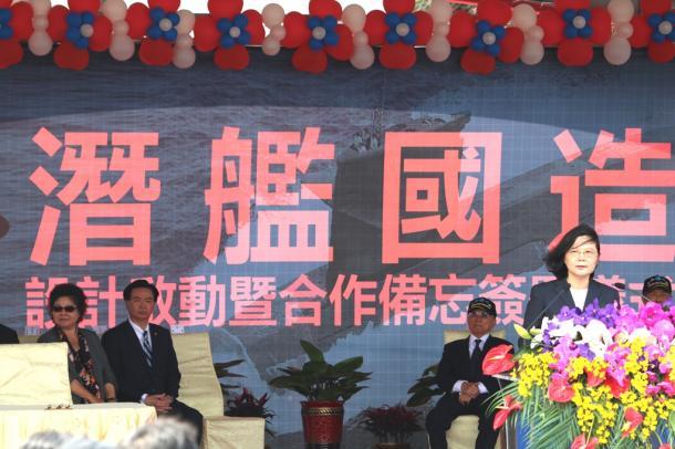 写真・図版 : 潜水艦の自主建造を正式表明する台湾の蔡英文総統(右端)。新艦建造でも3Dプリンタを大いに活用するのだろうか=2017年3月21日、台湾・高雄の海軍左営基地
