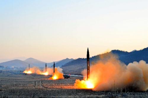 写真・図版 : 朝鮮中央通信が3月7日に報じた北朝鮮のミサイル発射=朝鮮通信