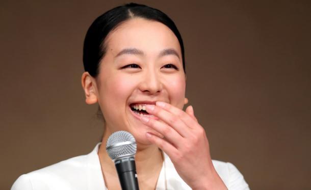 引退会見で、結婚の予定を聞かれ、笑顔を見せる浅田真央選手=12日20170412