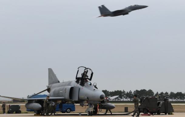 米韓空軍の合同訓練「マックスサンダー」に参加する韓国軍の戦闘機(手前)と、離陸する米軍戦闘機=20日、韓国西部・群山