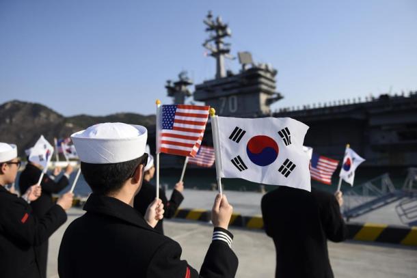 釜山に入港した米原子力空母カールビンソンを迎える韓国軍兵士ら=在韓米軍ホームページから 20170315