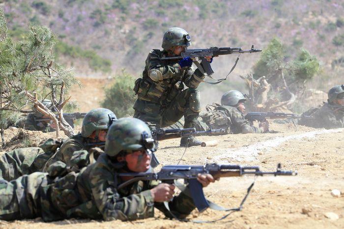 写真・図版 : 金正恩・朝鮮労働党委員長が指導した朝鮮人民軍の特殊作戦部隊降下および対象物攻撃訓練。日時は不明。朝鮮中央通信が報じた=朝鮮通信