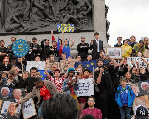 写真・図版 : ロンドンのトラファルガー広場でEUからの離脱が決まった国民投票のやり直しを訴える若者たち=2016年6月28日、高久潤撮影
