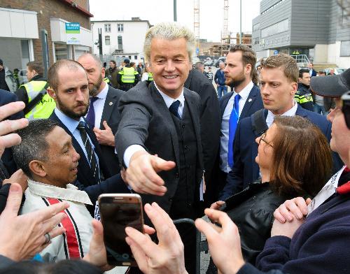 写真・図版 : オランダ総選挙で有権者らと握手するポピュリズム政党・自由党のウィルデルス党首=2017年3月11日、オランダ・ヘーレン、山尾有紀恵撮影