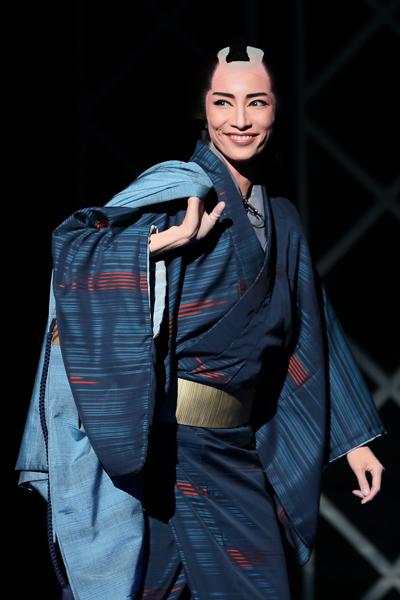 写真・図版 : 『幕末太陽傳』公演から、佐平次役の早霧せいな=岸隆子撮影