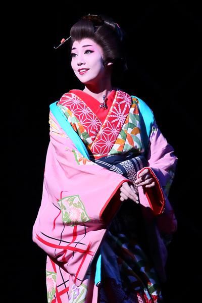 写真・図版 : 『幕末太陽傳』公演から、おそめ役の咲妃みゆ=岸隆子撮影