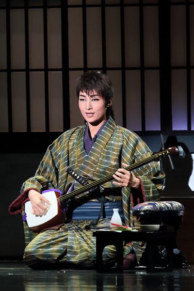 写真・図版 : 『幕末太陽傳』公演から、高杉晋作役の望海風斗=岸隆子撮影