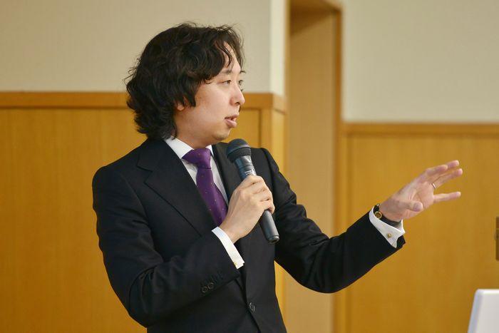 写真・図版 : 講演する五野井郁夫教授