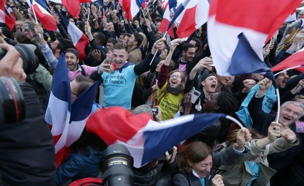 マクロン氏優勢の一報が流れると、パリ市内に集まった支持者は喜びを爆発させた=5月7日