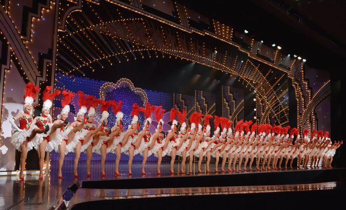 写真・図版 : 宝塚歌劇団103期生のラインダンス=兵庫県宝塚市、滝沢美穂子撮影