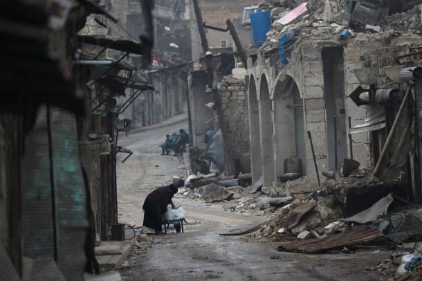 小学校周辺では多くの建物が戦闘による被害を受けていた=1月10日、シリア北部アレッポ2017