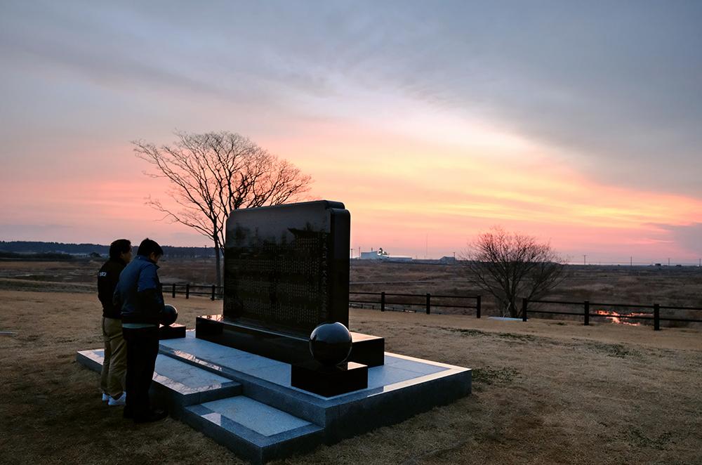 写真・図版 : 避難指示が解除された浪江町で、慰霊碑を訪れた町民=3月31日