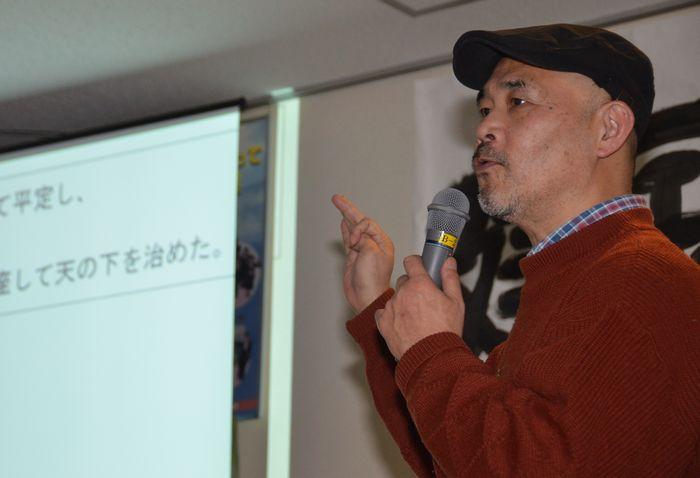 写真・図版 : 「建国記念の日」を考える集いで講演する泥憲和さん=2015年2月、津市
