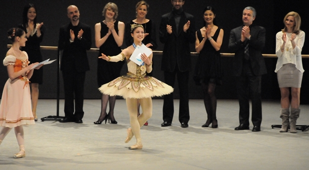 ローザンヌ国際バレエコンクールで採点1位となり、観客にあいさつする菅井円加さん=2012年2月4日、スイス・ローザンヌ