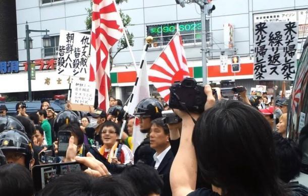 2013年6月16日、外国人排撃を唱えて、東京・新大久保付近で行われたデモ(参加者の顔をぼかしました)