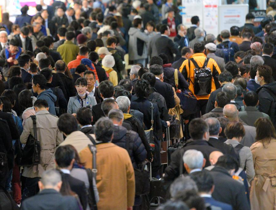 写真・図版 : 情報サービス産業は社会の基盤を支えている。システム障害によって混雑する空港のロビー=2016年3月、大阪