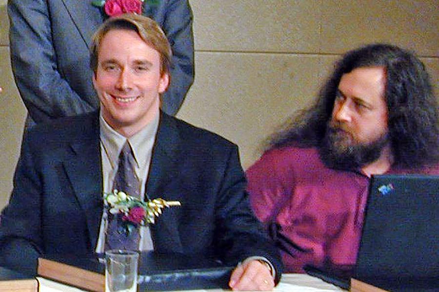写真・図版 : 天才的プログラマーとして尊敬を集めるリーナス・トーバルズ氏(左)とリチャード・ストールマン氏=2001年12月、東京