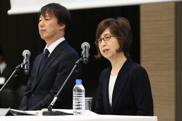 医療サイト「ウェルク」について記者会見で話すDeNAの南場智子会長(右)。左は守安功社長=2016年12月7日、東京都渋谷区