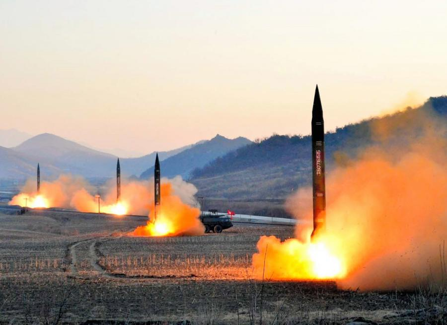 写真・図版 : 朝鮮中央通信が3月7日報じた弾道ミサイル発射訓練=朝鮮通信