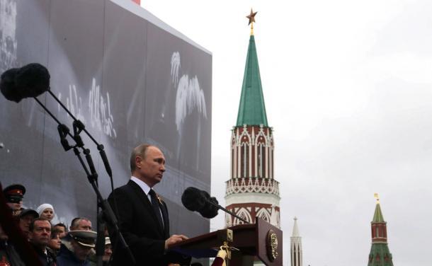 写真・図版 : 軍用機の上空飛行が中止になった曇天の下、「赤の広場」の戦勝記念式典で演説するプーチン大統領=2017年5月9日、ロシア大統領府ホームページから