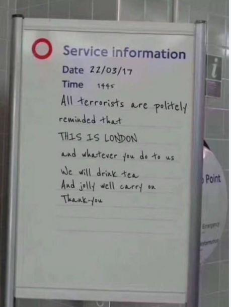 写真・図版 : ロンドンはテロに負けないと書かれたホワイトボードは、偽情報を伝えていた(セッション資料より)