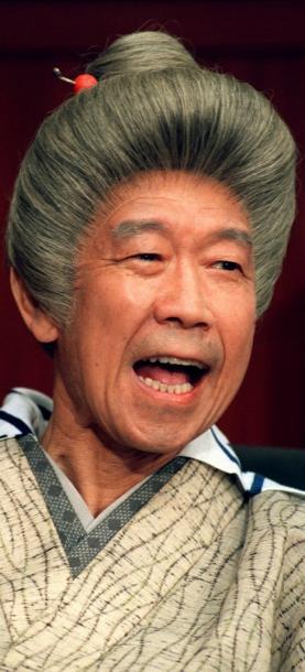 写真・図版 : 「意地悪ばあさん」に扮した、元祖「マルチ」青島幸男