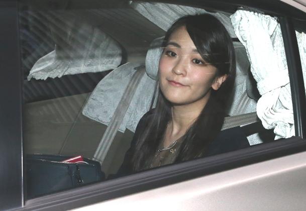 写真・図版 : 婚約準備が報じられた、勤務先を出る眞子さま=2017年5月17日、東京都千代田区