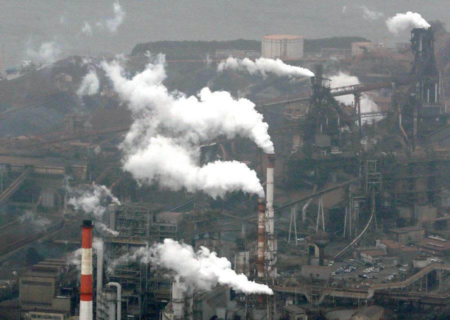 写真・図版 : 製鉄所などが立ち並ぶ名古屋港の東沿岸=2013年3月