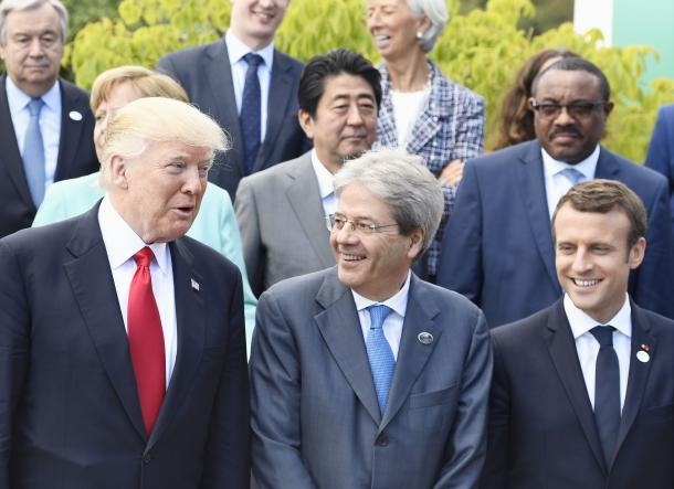 G7サミットの拡大会合を終え、イタリアのジェンティローニ首相(前列中央)と談笑するトランプ米大統領(同左)、マクロン仏大統領。2列目中央は安倍晋三首相=5月27日、イタリア南部シチリア島タオルミナ、代表撮影