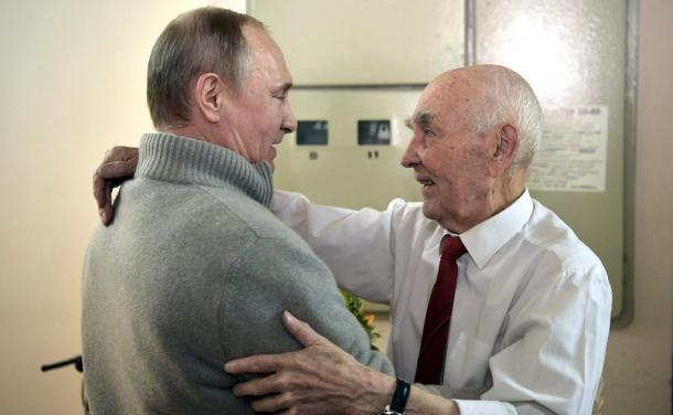 誕生日祝いでKGBの元上司マトベーエフ氏(右)と抱き合うプーチン大統領。目尻のしわやあごのたるみが目につく=ロシア大統領府ホームページから