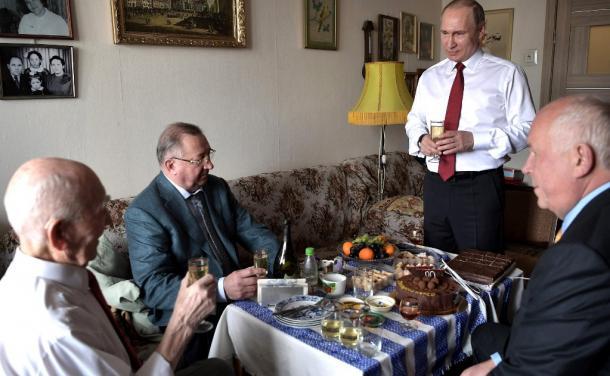 元上司マトベーエフ氏(左)の誕生日祝いでKGBの元同僚と乾杯の音頭を取るプーチン大統領(右)。その右がチェメゾフ・ロステフ社長、左がトカチョフ・トランスネフチ社長=ロシア大統領府ホームページから