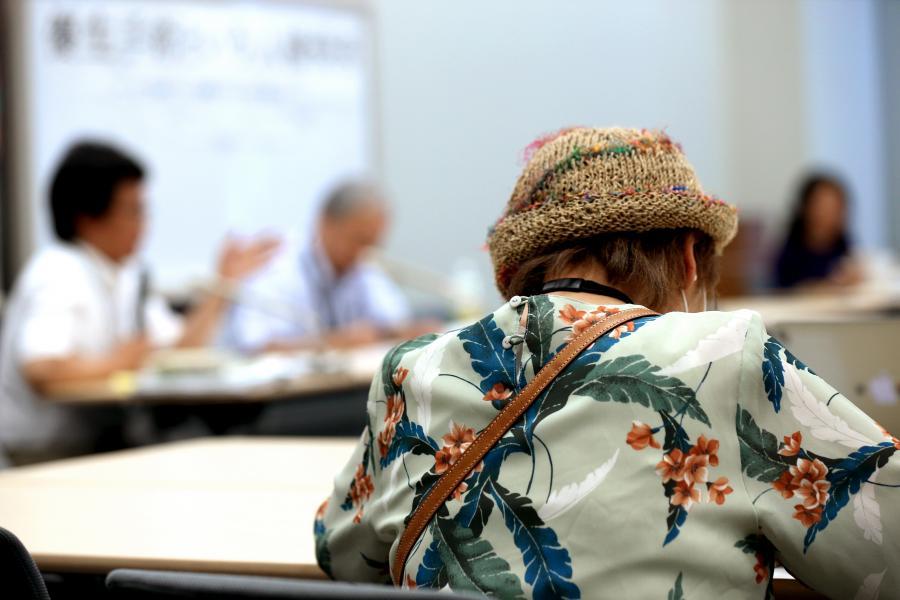 写真・図版 : 人権救済の申し立て後、集会で弁護士らの話を聞く宮城県の女性(手前)=2015年6月