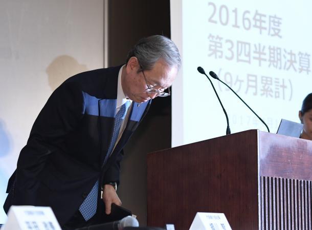 決算についての記者会見で頭を下げる東芝の綱川智社長=4月11日、東京都港区