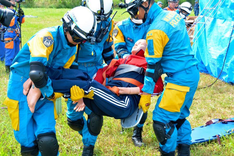 写真・図版 : 南海トラフ地震を想定した救助訓練=2016年9月、岐阜県