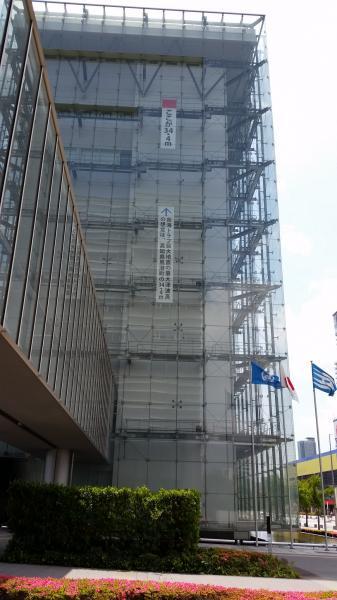 写真・図版 : 人と防災未来センター(神戸市)の外壁に掲げられた南海トラフ巨大津波の最大想定の高さ