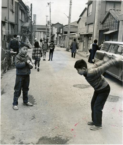 道路で遊ぶ子どもたち