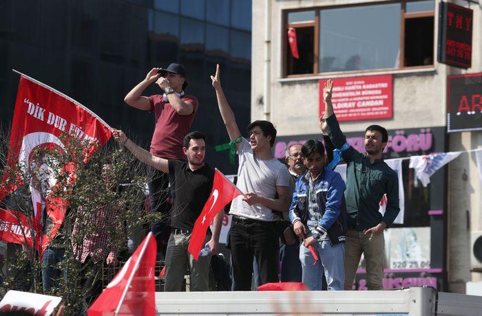 写真・図版 : 改憲賛成派の集会には多くの有権者たちが集まった=4月15日、イスタンブール