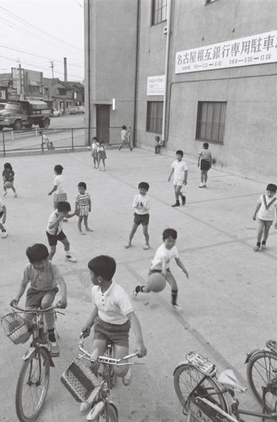 1970年 名古屋市の銀行が業務時間外の駐車場を遊び場に提供