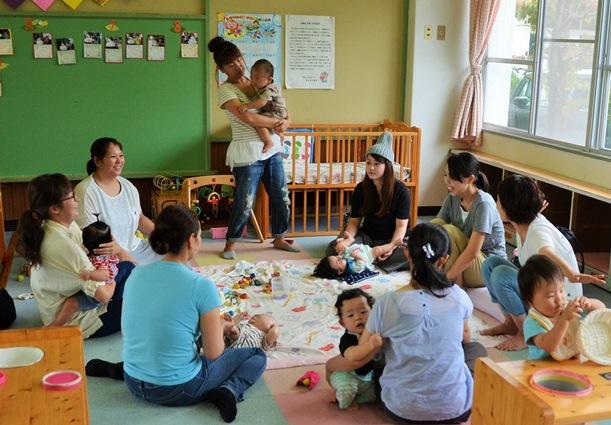 写真・図版 : 低下傾向にある出生率。子どもをあやしながら情報交換する母親たち=2016年9月15日、岡山県奈義町