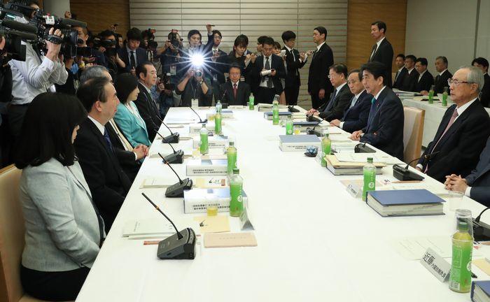安倍首相に最終報告を手渡した有識者会議の最終会合=2017年4月21日、首相官邸