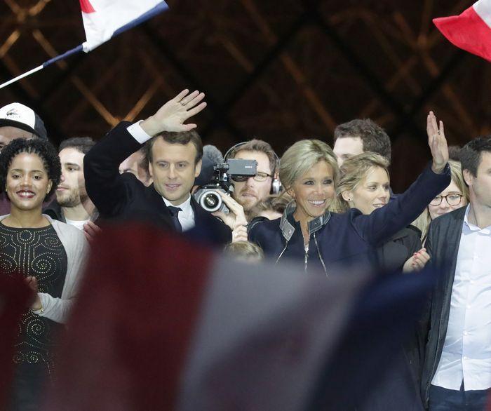 写真・図版 : 仏大統領選に勝ち、勝利演説を終えたエマニュエル・マクロン氏(中央左)。既成の2大政党の候補は決選投票に進めず、その凋落ぶりを象徴している=杉本康弘撮影