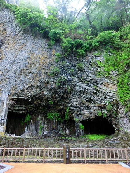 写真・図版 : 兵庫県の玄武洞。松山基範がここの岩石の残留磁気を測定して現在と逆に磁化していることを見つけた=日比野容子撮影