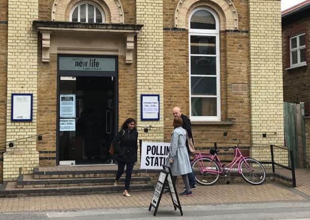 写真・図版 : 6月8日、ロンドン南部の選挙区で投票に向かう有権者たち(撮影:小林恭子)
