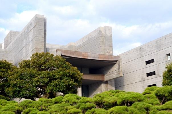 写真・図版 : 裁判所の頂点に位置する最高裁の庁舎=2012年、東京都千代田区