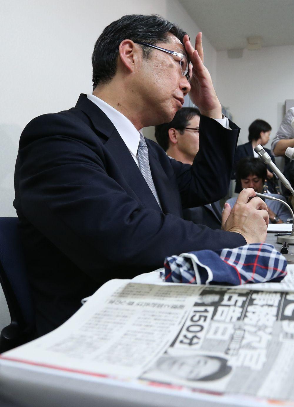 自身の記事が掲載された週刊誌を傍らに置いて会見する前川喜平・前文科事務次官=5月25日