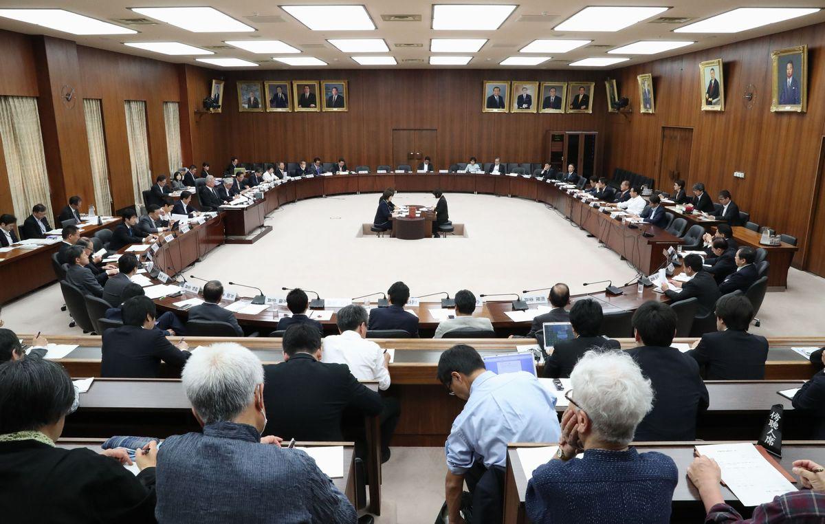 安倍晋三首相の改憲に関する発言の後、はじめて開かれた衆院憲法審査会=5月18日